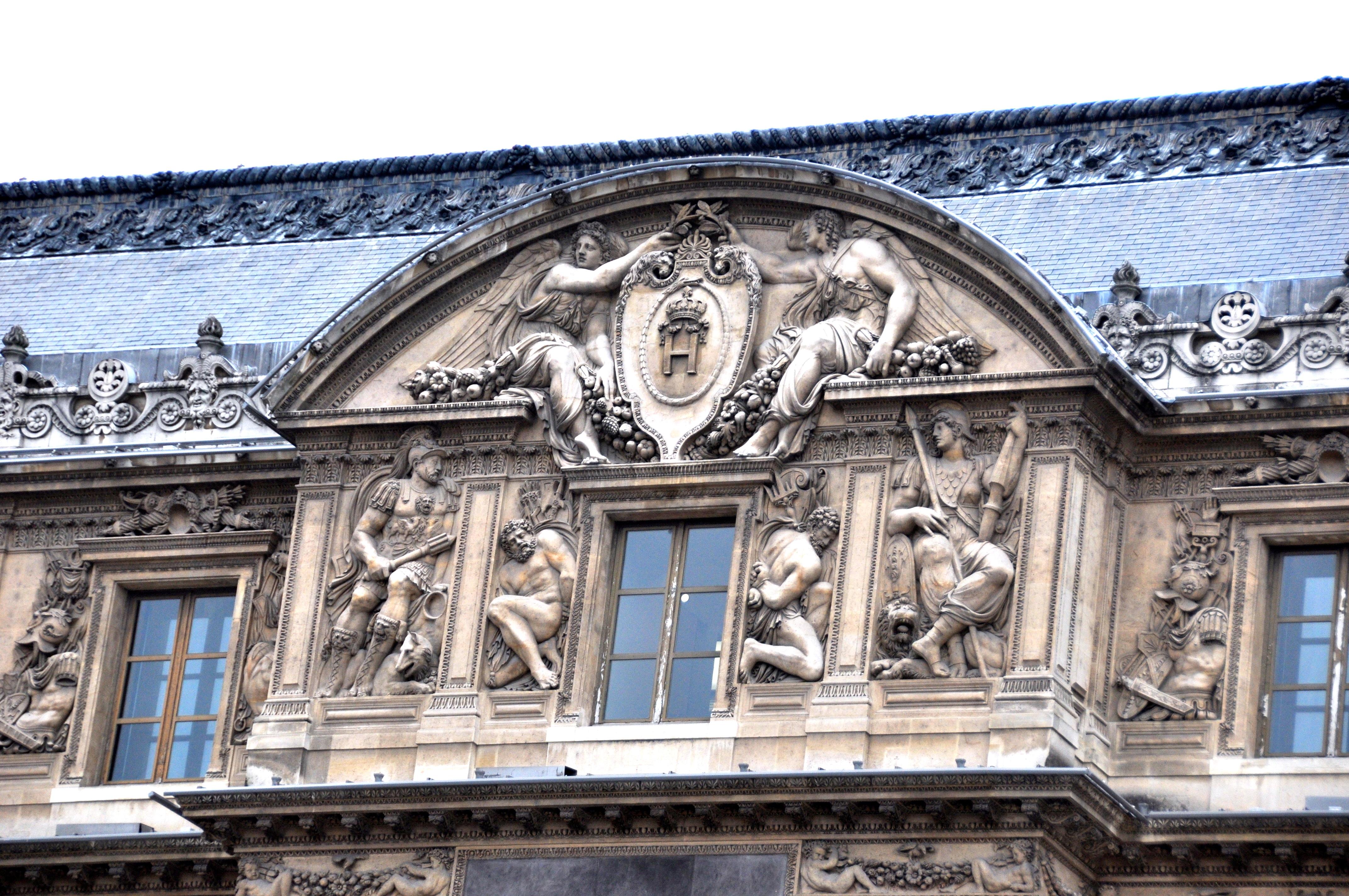 Détail de la façade Renaissance de Jean Goujon et Pierre Lescot, la Cour Carrée du Louvre, Paris