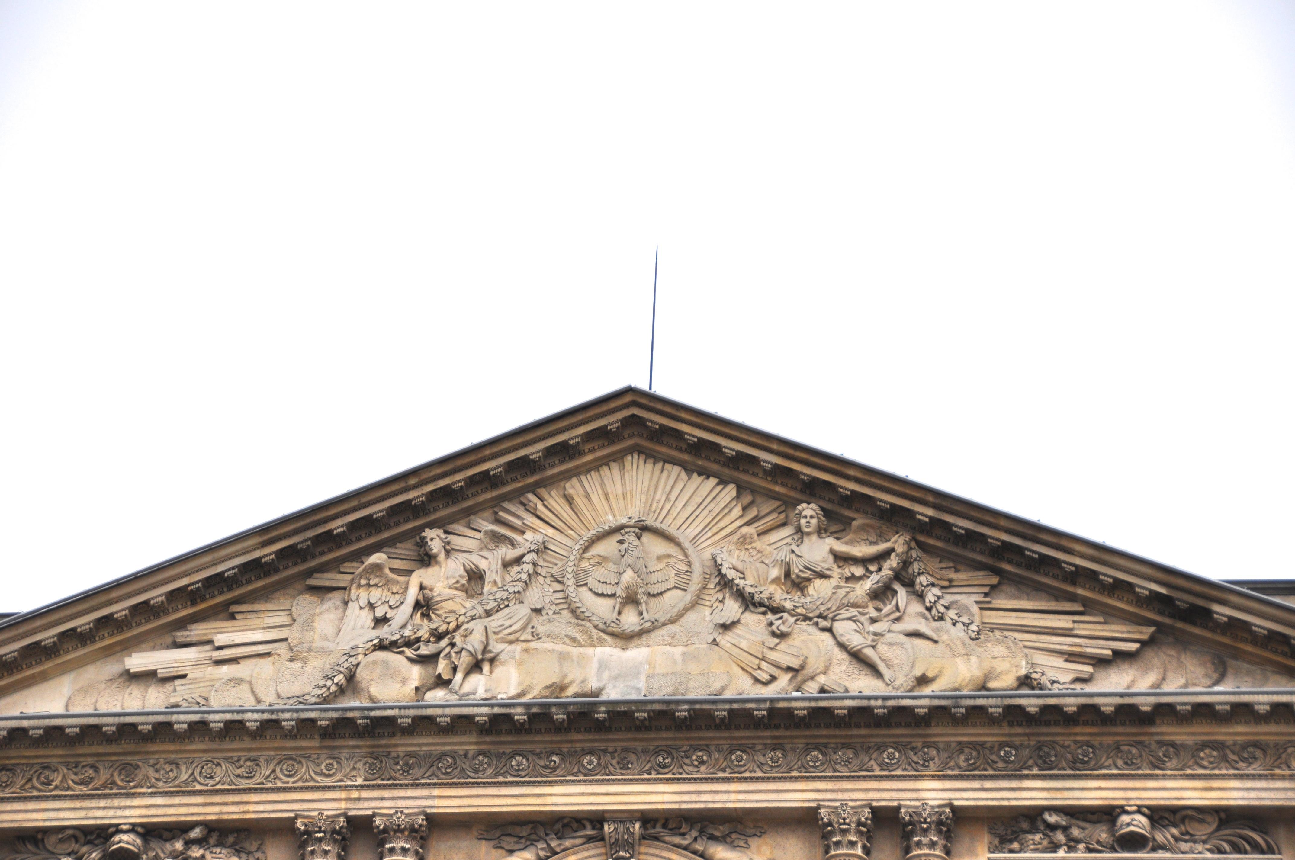 Le fronton de la façade orientale de la Cour Carrée, Le Louvre, Paris