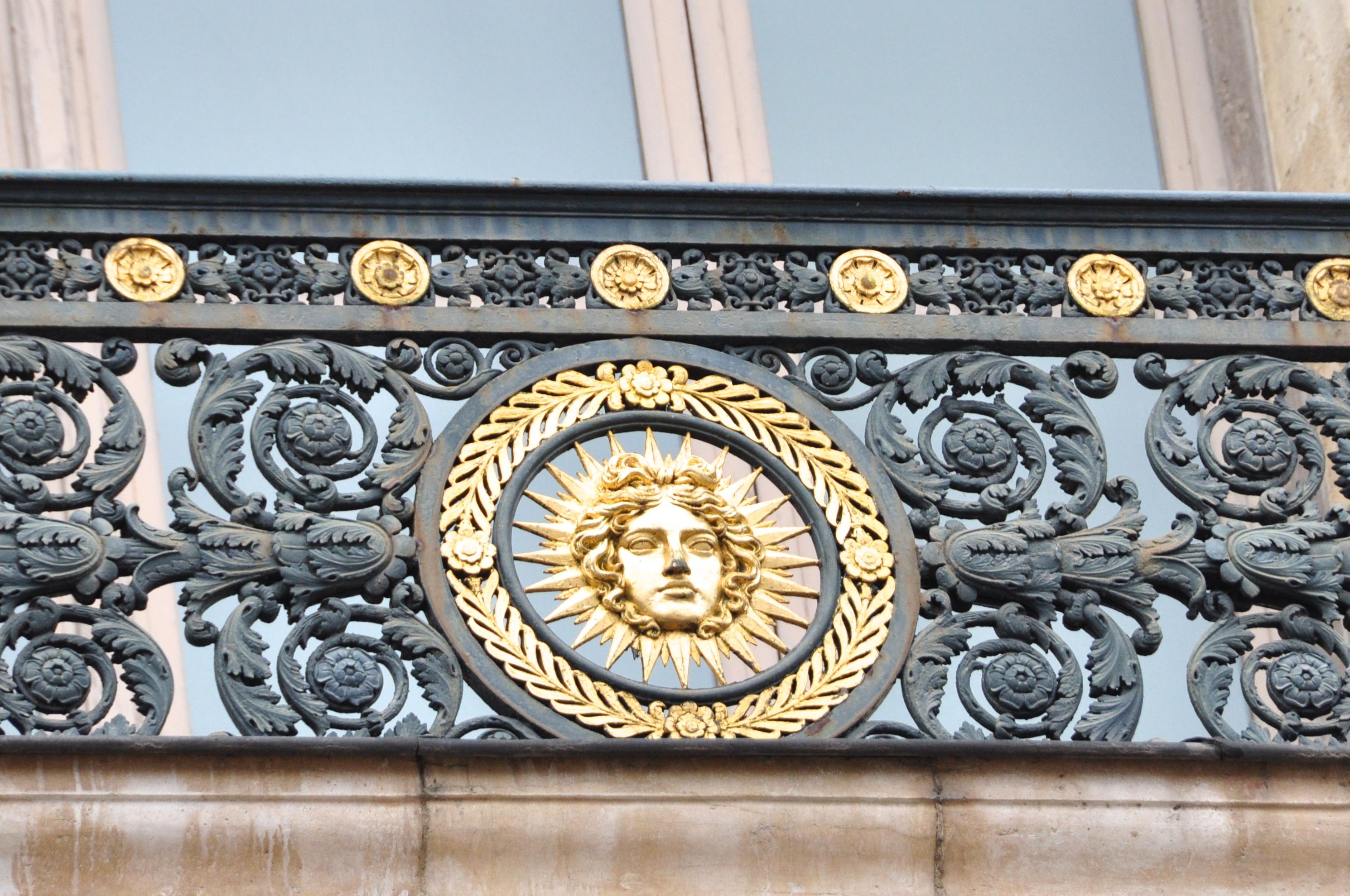 Le balcon de la façade méridionale du Louvre, à l'emblème du Roi soleil, Paris